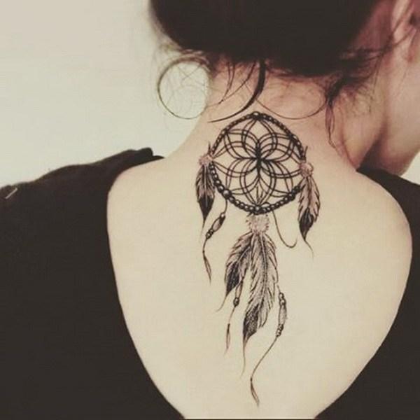 Tatuaje Dreamcatcher en la parte posterior del cuello.