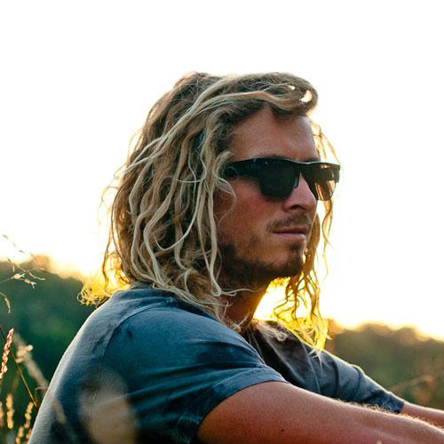 olas de playa en peinados de longitud media para hombres