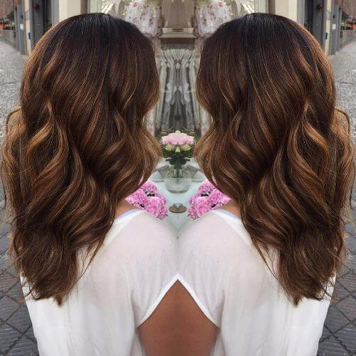 cabello ondulado en color caramelo oscuro