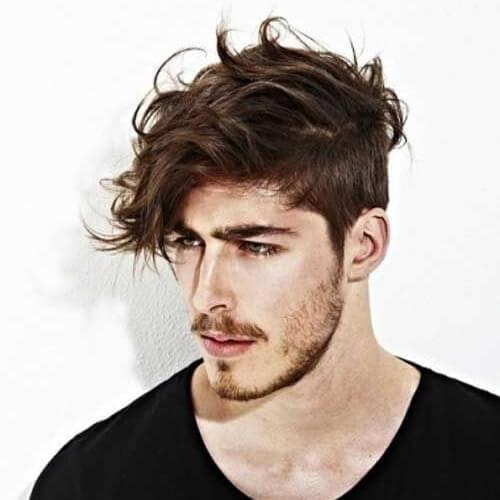 Peinado asimétrico para hombres con cabello ondulado