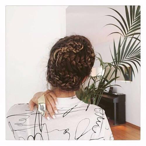 peinado de bollo trenzado de pelo largo