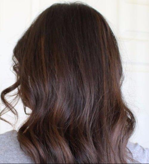 el balayage auburn destaca el color del cabello castaño rojizo