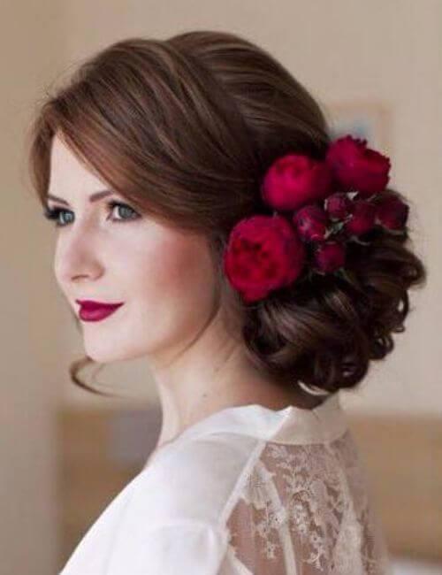 pelo de chocolate peonías rojas intrincado bollos damas de honor peinados