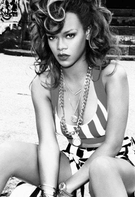 Rihanna pelo rizado