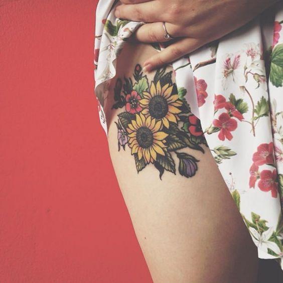 Tatuaje de girasol en la cadera.