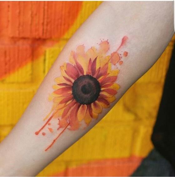 Acuarela del tatuaje del brazo de girasol.
