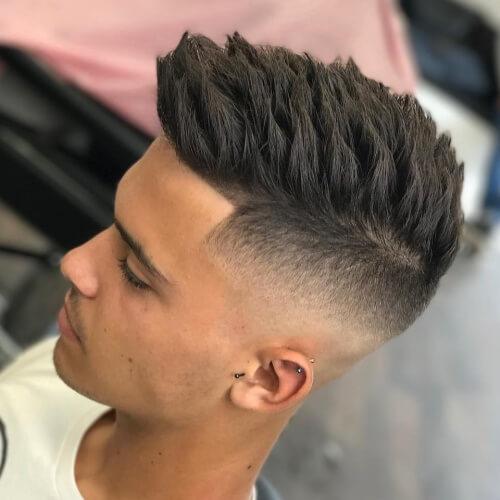 Peinado recortado para hombres con pelo puntiagudo