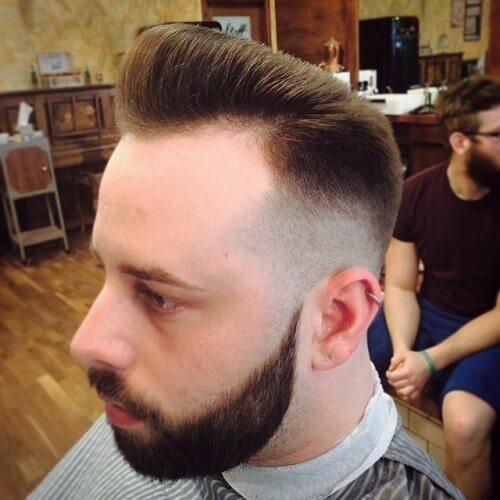 Corte de pelo Pompadour para hombres con líneas rectas