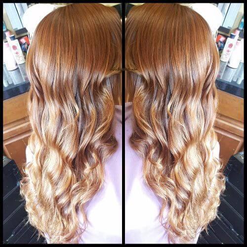 rubia intensa fresa en el pelo largo y ondulado