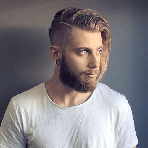 Largos peinados rubios para hombres con socavados