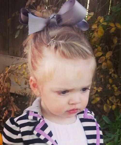 giro frontal bollo desordenado con big bow peinados de niña