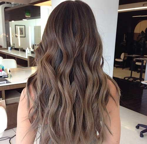 Los mejores peinados en capas de color marrón ceniza para cabello largo