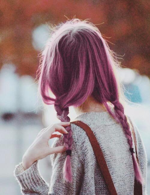 luz sangría cabello púrpura trenzado
