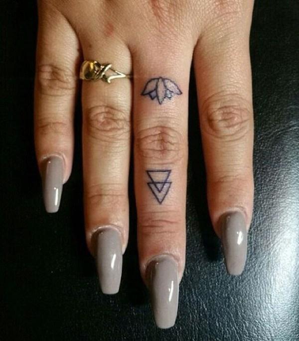Tatuaje de dedo de Lotus Flower.