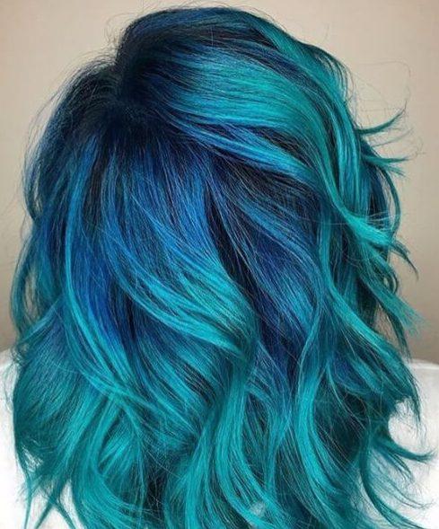 color de pelo verde azulado con raíces de cobalto