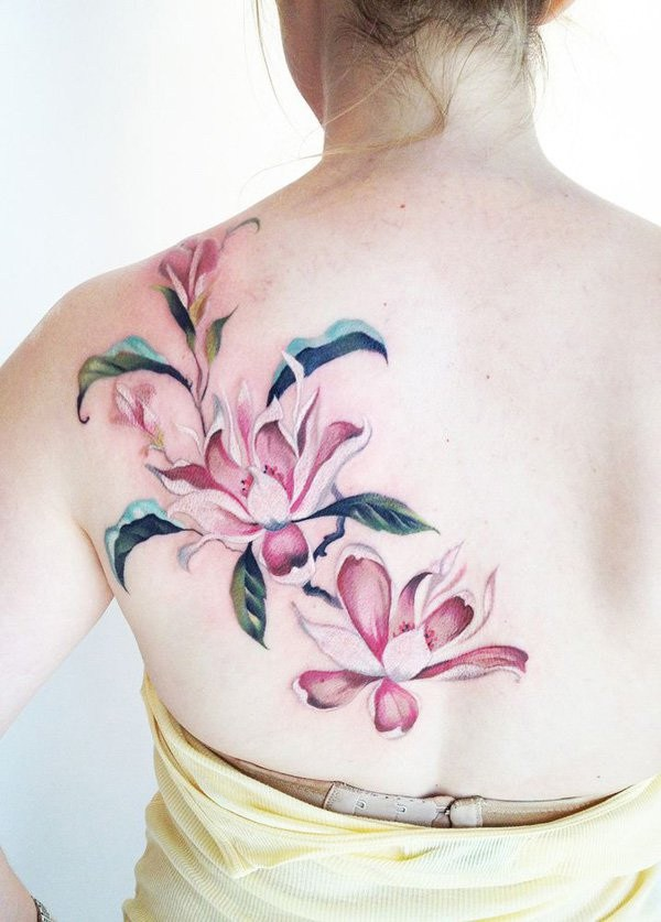 Tatuaje rosado de la flor de la magnolia en la parte posterior.