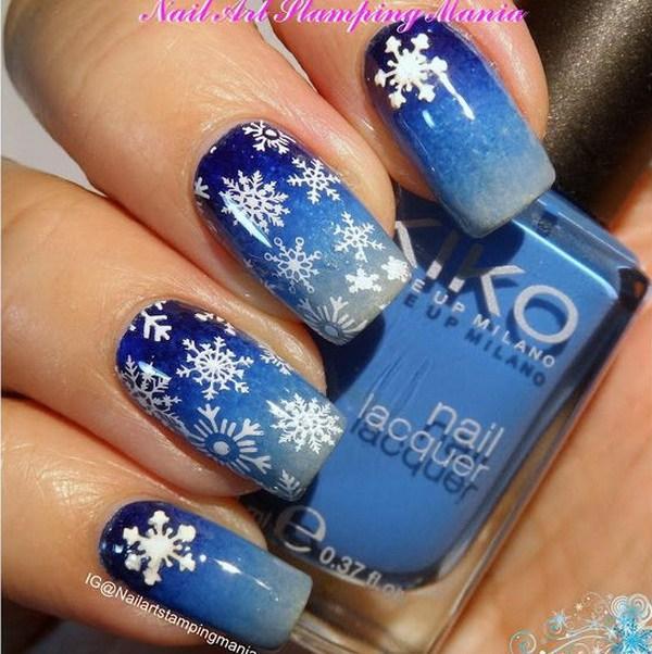 Manicura de copos de nieve con arte de uñas de Navidad.