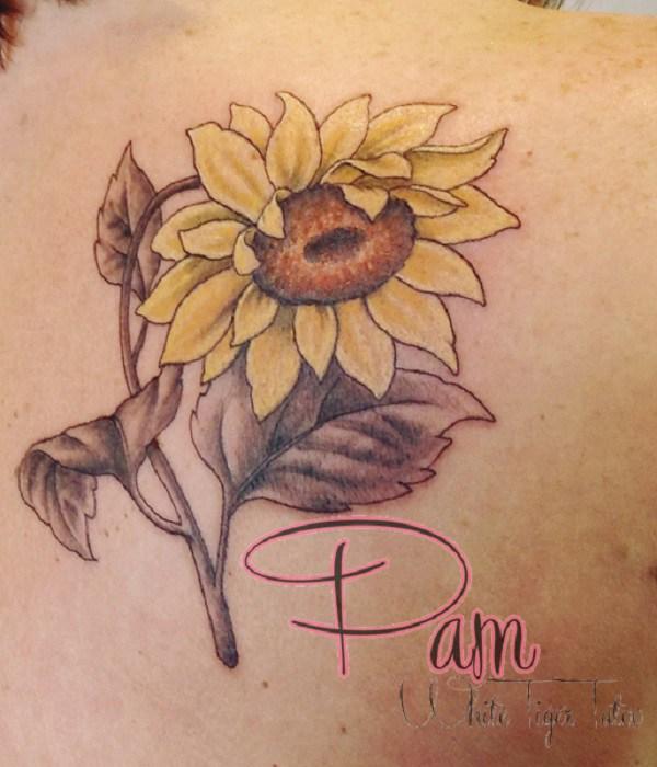 Hermosos girasoles tatuados en la parte posterior.
