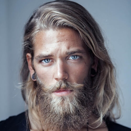 Peinados rubios para hombres con barbas gruesas