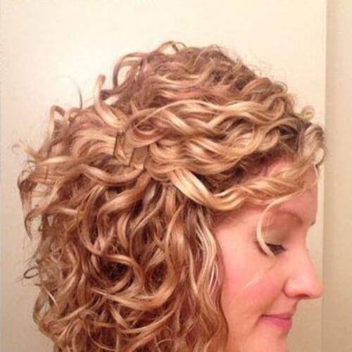 cortes cortos en bob en ángulo para cabello rizado