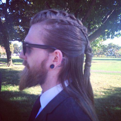 largas trenzas en peinados largos para hombres