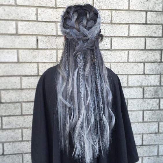 cabello gris oscuro trenzado