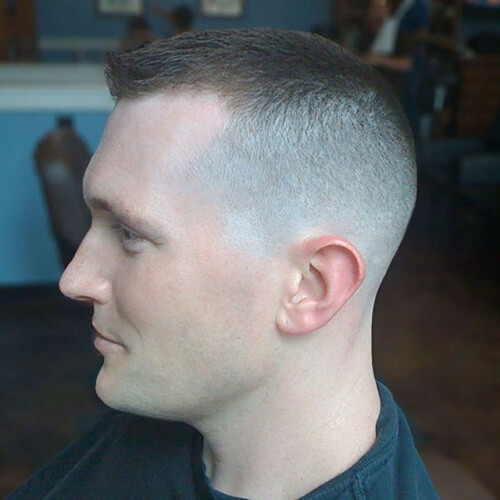 Peinados altos y apretados para hombres con líneas rectas