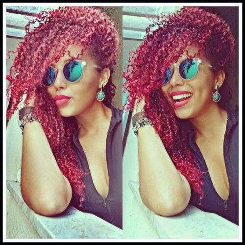 pelo rojo oscuro rizado