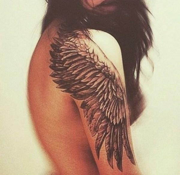 Tatuaje de ala en hombro y manga superior.