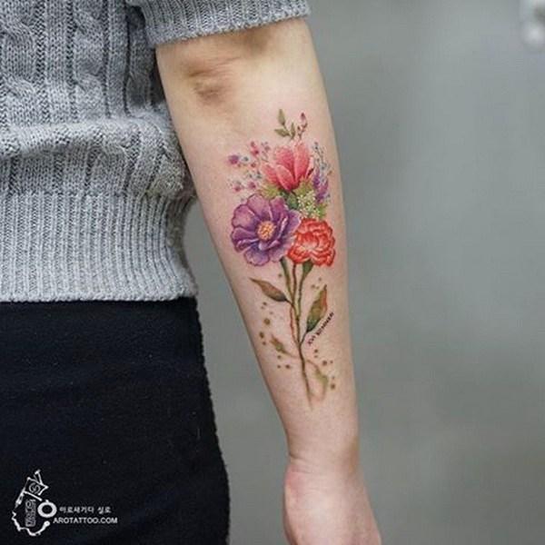 Tatuaje floral en el antebrazo.