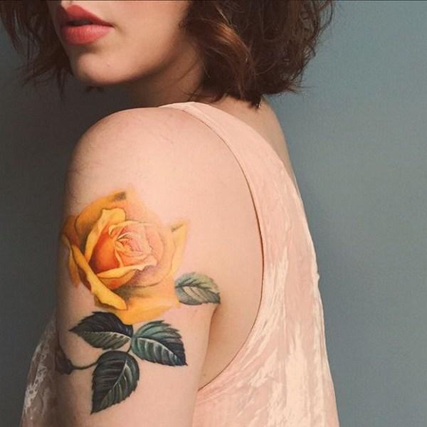 Medias mangas del tatuaje floral amarillo.