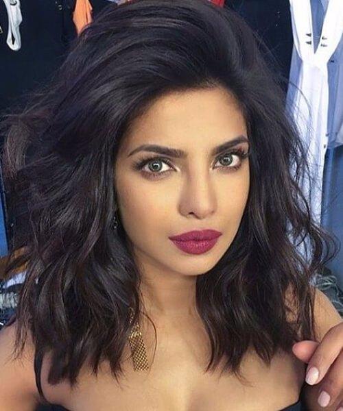 Priyanka Chopra peinados cortos ondulados voluminosos de la sacudida larga`