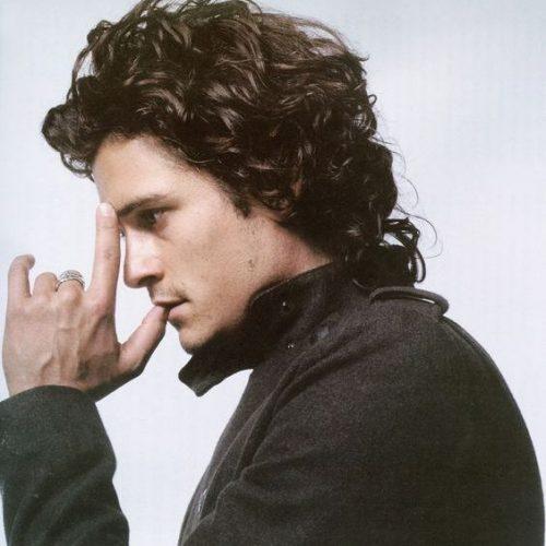 relajado peinado hacia atrás peinados rizados de longitud media para hombres
