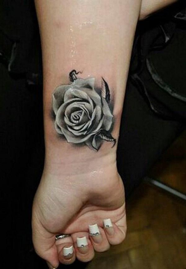 Grey Rose Tattoo en la muñeca.