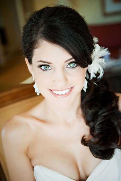 Sideswept hermoso peinado de boda con plumas