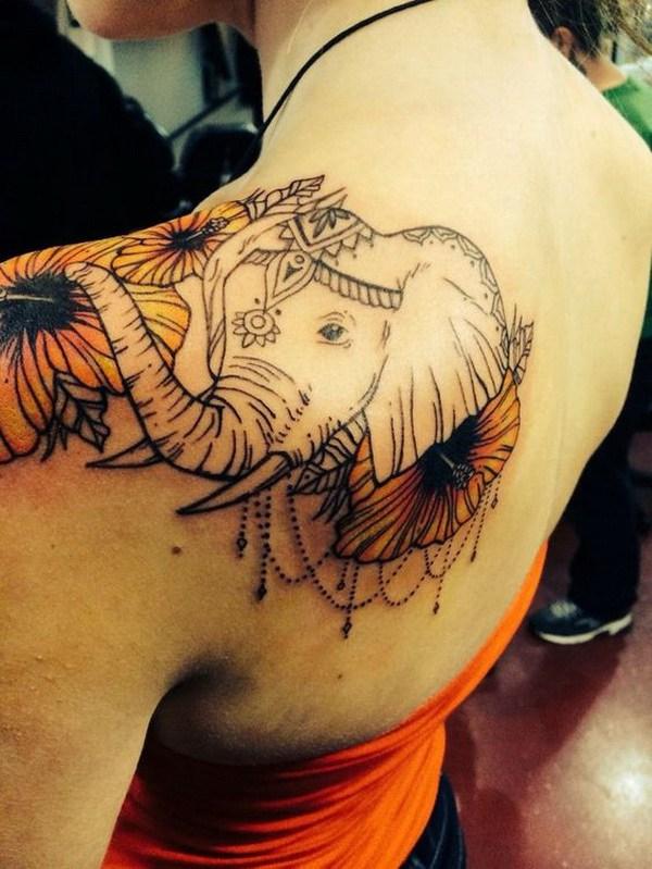 Impresionante tatuaje de hombro de elefante.