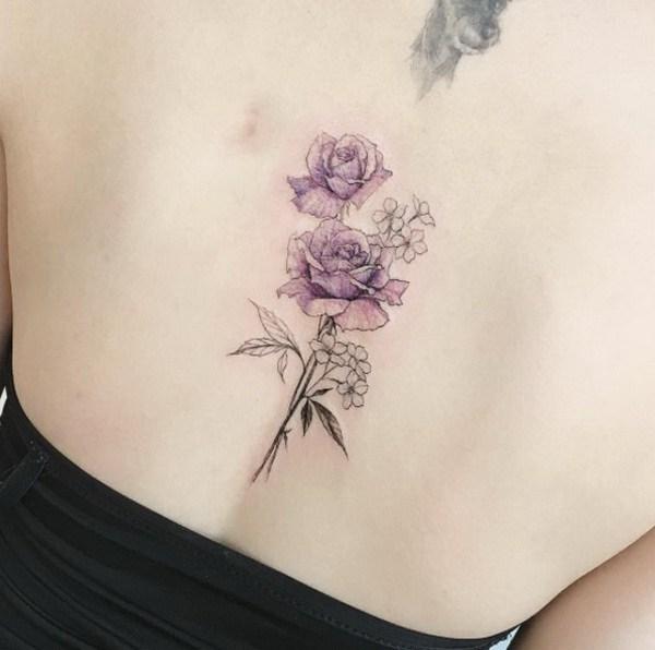 Elegantes rosas púrpuras en la parte posterior.