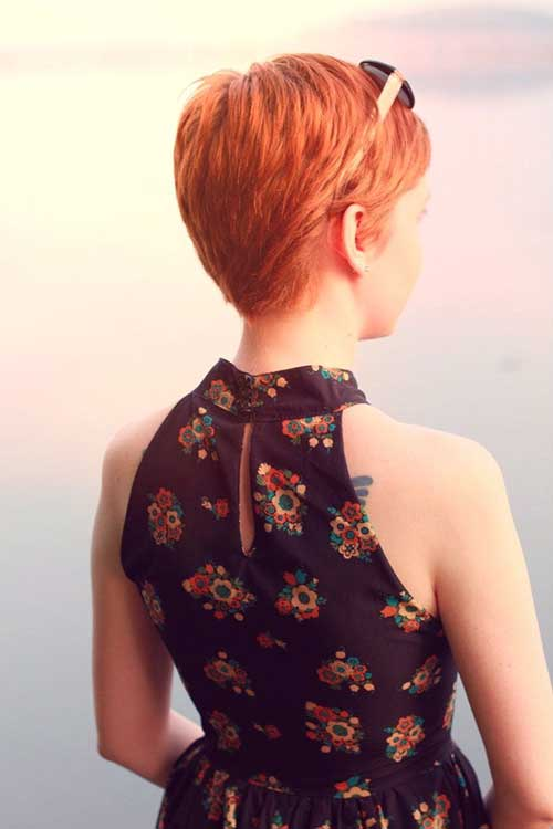 Vista posterior del corte de pelo Pixie rojo