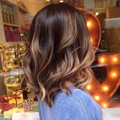 corte de pelo lob ondulado en cabello castaño con reflejos caramelo