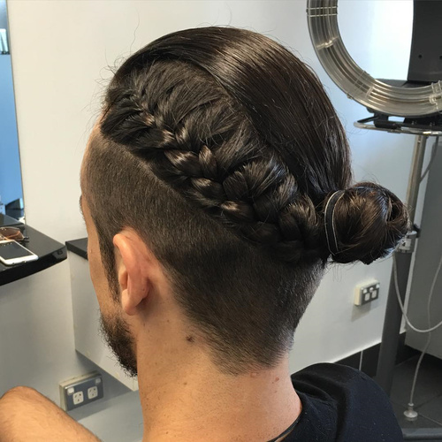 trenza francesa oscura en peinados largos para hombres