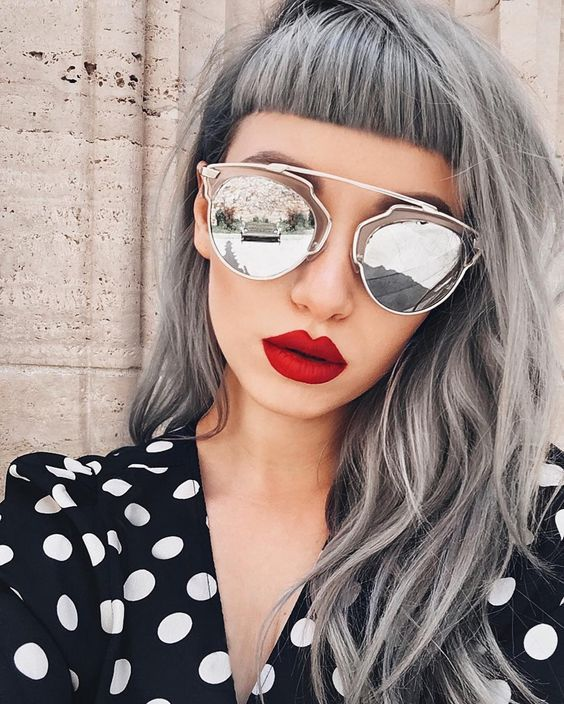cabello gris, flequillo corto, hipster