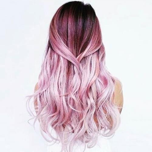 balayage violeta en el cabello rubio sucio