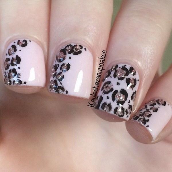 Arte de uñas con estampado de leopardo rosa y purpurina.