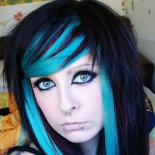 reflejos azules en peinado de escena de pelo negro