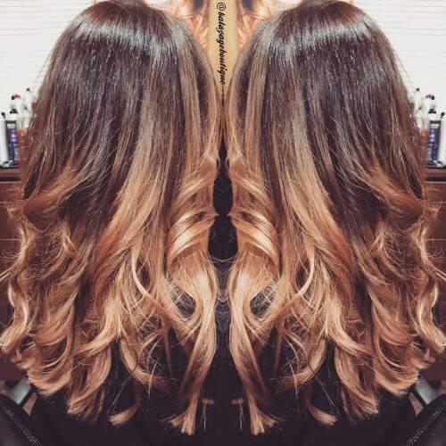 ombre rubio fresa en el pelo ondulado