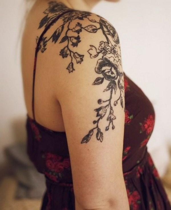 Tatuaje floral del hombro para las mujeres.