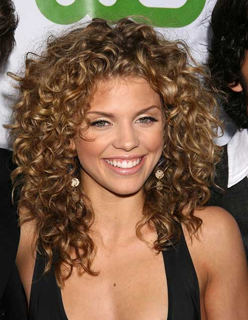 Peinado corto medio rizado natural para mujeres