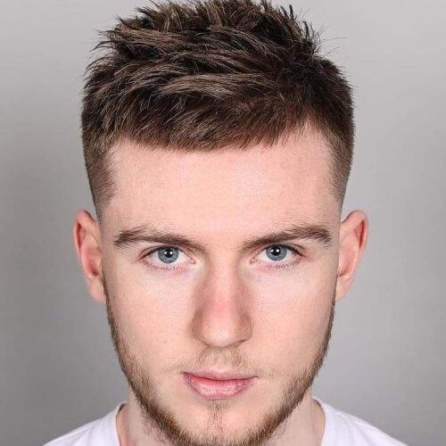 Peinados espigados para hombres con cabello grueso