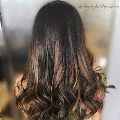 cabello largo con reflejos de caramelo balayage