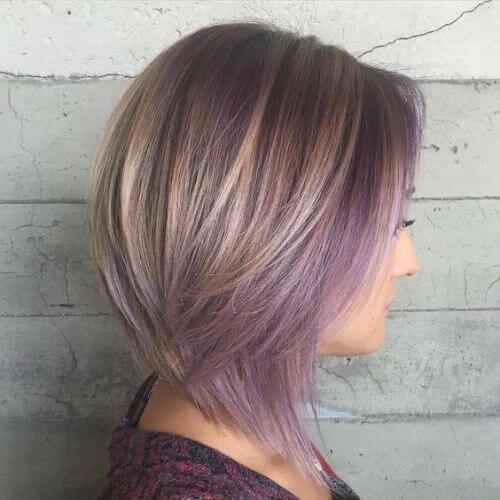 corte de pelo bob marrón ceniza con balayage púrpura